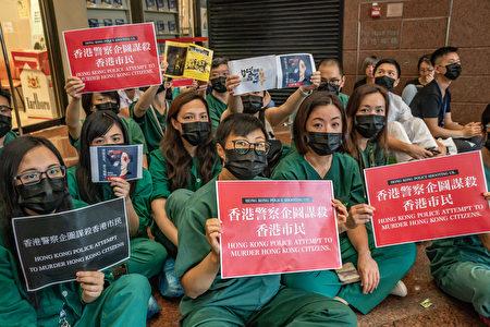 醫護人員13日靜坐抗議。(Getty Images)