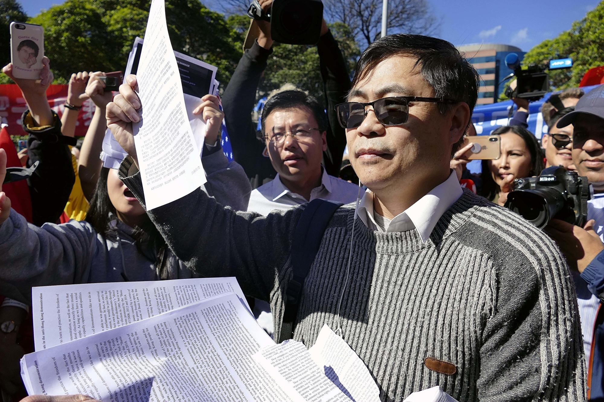 鍾錦江博士抱著善意參加了8月17日悉尼的親中集會,他希望大陸留學生珍惜在澳洲社會裏言論自由的權利。(安平雅/大紀元)