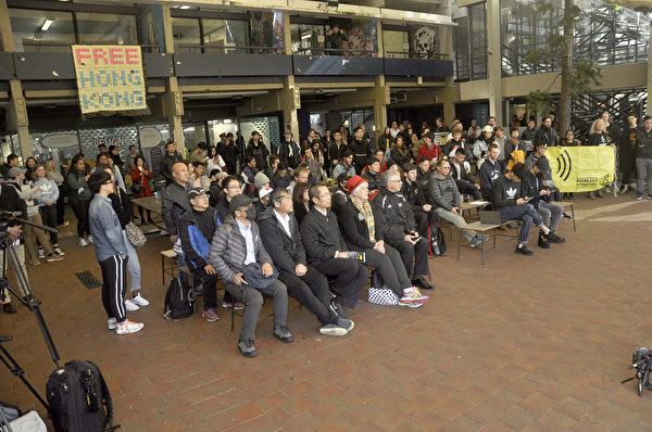 與會者大多身穿黑衣,表示對香港人的支持。(易凡/大紀元)