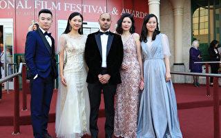 华语片《过年》演员里贾纳电影节走红毯