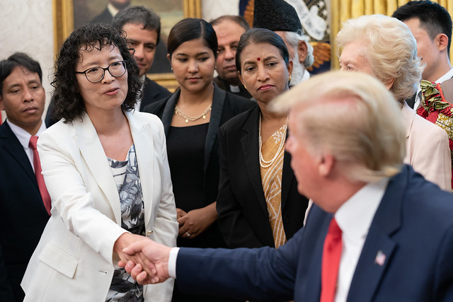 2019年7月17日,美國總統特朗普在白宮橢圓形辦公室與法輪功學員張玉華握手。(圖片來源:白宮)