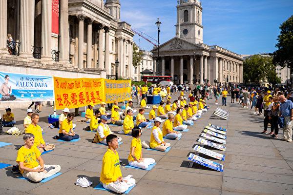 8月29日,多國法輪功學員聚集在英國著名的鴿子廣場煉功洪法。(晏寧/大紀元)