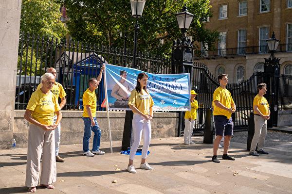 8月29日,多國法輪功學員聚集在英國唐寧街附近煉功洪法。(晏寧/大紀元)