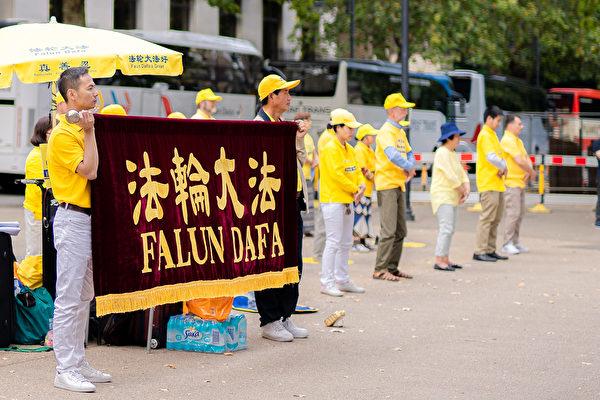 8月29日,多國法輪功學員聚集在英國著名的唐寧街煉功洪法。(晏寧/大紀元)