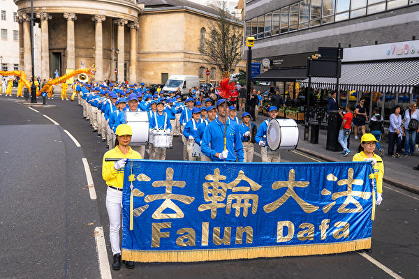 8月30日, 逾千名來自30多個國家的部份法輪功學員齊聚英國倫敦舉行大遊行。 圖為歐洲天國樂團走在當天大遊行最前方。(晏寧/大紀元)