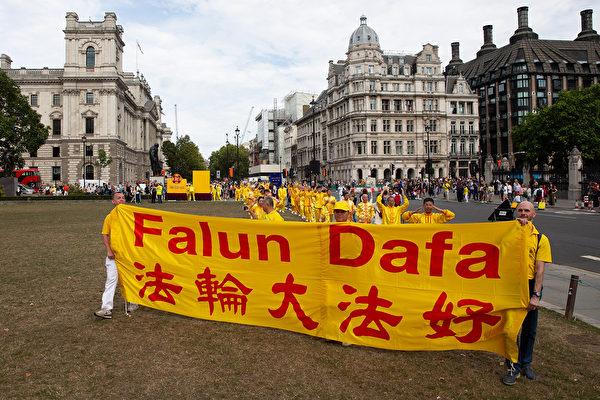 8月30日,逾千名來自30多個國家的部份法輪功學員齊聚英國倫敦舉行大遊行,他們來自歐洲、美洲、亞洲和中東,在歐洲法會之際向世界展示法輪大法的美好。(傅潔/大紀元)