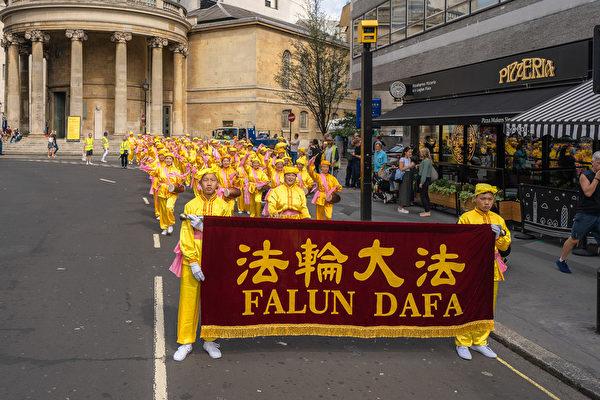 8月30日, 逾千名來自30多個國家的部份法輪功學員齊聚英國倫敦舉行大遊行。他們來自歐洲、美洲、亞洲和中東,在歐洲法會之際向世界展示法輪大法的美好。(晏寧/大紀元)