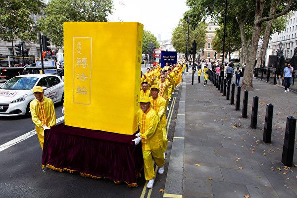 8月30日, 逾千名來自30多個國家的部份法輪功學員齊聚英國倫敦舉行大遊行。他們來自歐洲、美洲、亞洲和中東,在歐洲法會之際向世界展示法輪大法的美好。(羅源/大紀元)