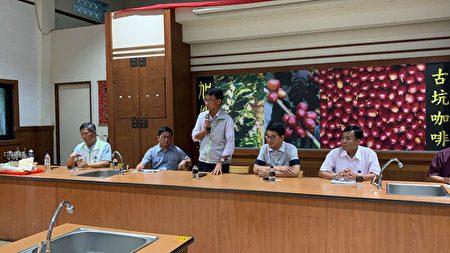 農委會主委陳吉仲 (中) 表示,「已經找了七家加工廠商與農民配合,廠商以每公斤12元保證價格,向農民收購去殼筍。」