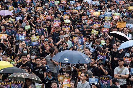 8月4日,參加將軍澳大遊行人士擠滿寶翠公園。(Philip FONG/AFP)