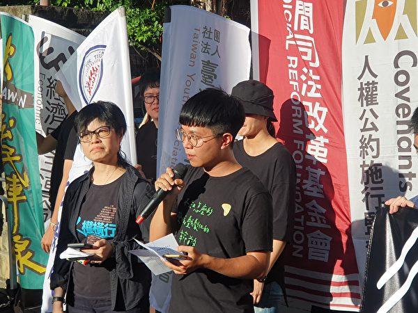 台灣青年民主協會秘書長張育萌(中)。(吳旻洲/大紀元)