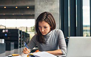 昆特兰理工大学(KPU)近日开办了无需购买任何教科书的设计证书课程。(Fotolia)
