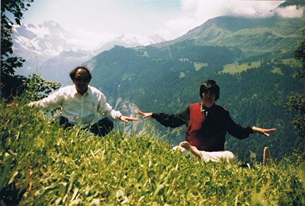2003年在瑞士的一個山坡上,潘淑珍和楊禮方打坐。(潘淑珍提供)
