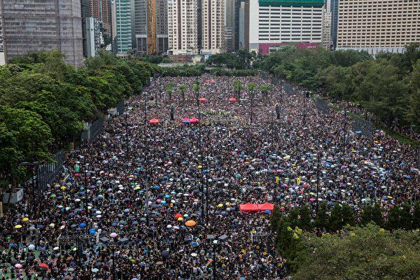 「民間人權陣線」18日在維多利亞公園發起「流水式集會」,要求香港政府撤回《逃犯條例》修訂,儘管天氣不佳,但人潮仍擠滿6個足球場。 (ISAAC LAWRENCE/AFP/Getty Images)