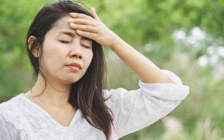"""频繁进出冷气房或过量食用冰品冷饮,可能出现""""阴暑""""症状。(Shutterstock)"""