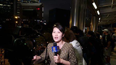 紐約特派記者柯婷婷在香港反送中直播報道中。(大紀元)
