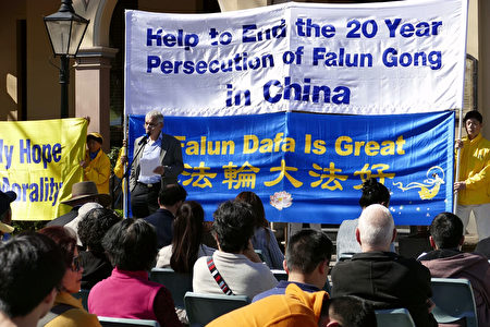 帕拉馬塔市聯邦自由黨候選人卡門卒立(Charles Camenzuli)在悉尼法輪功學員舉行的反迫害集會上發言。(安平雅/大紀元)