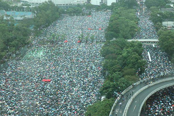 2019年8月18日下午,高空所見,「流水式集會」已超過45分鐘,在維園內,和附近的街道都擠滿市民。 (黃曉翔/大紀元)