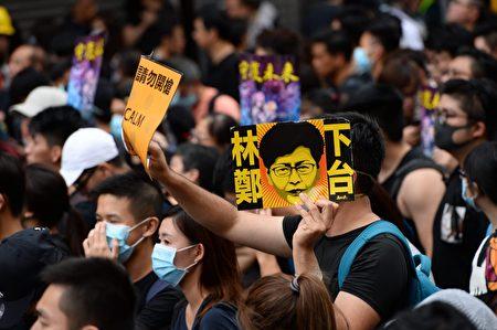 香港反送中,有市民舉起「林鄭下台」的海報。 (宋碧龍/大紀元)