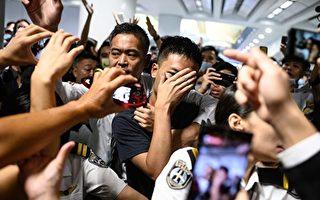 港人8.13反送中 抓获环时记者和疑似中共警察
