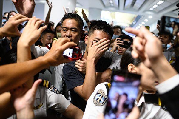 8月13日晚,港人抓住一名疑似大陸公安的男子。(PHILIP FONG/AFP/Getty Images)