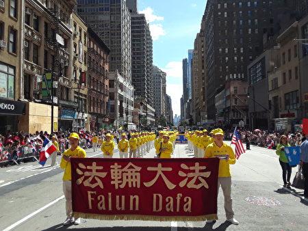 法轮功功法演示队伍在游行中展示功法。