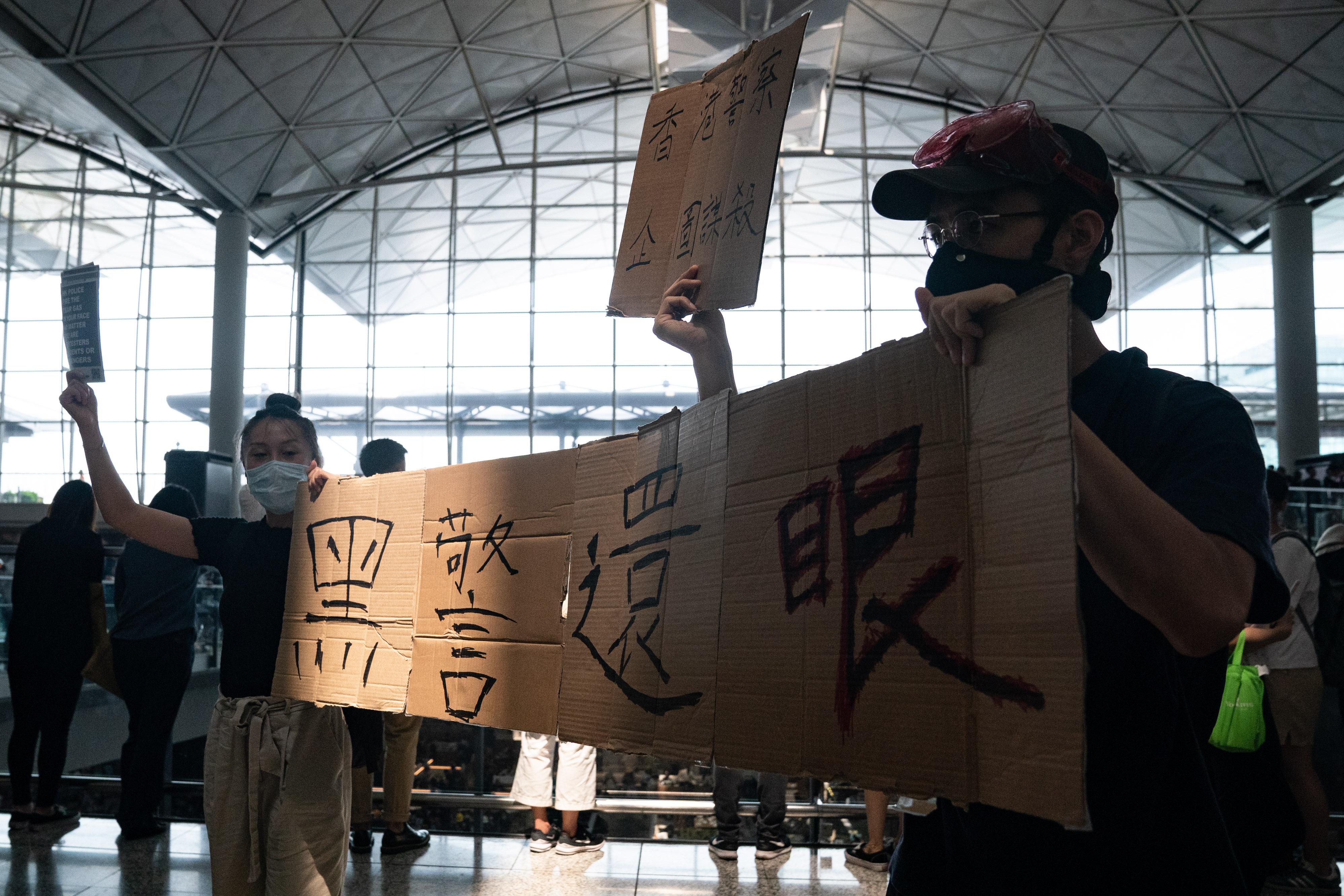 一名示威女子遭射中右眼有失明危險,引發香港民眾強烈憤慨。(Anthony Kwan / Getty Images)