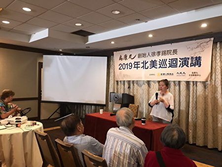 57歲的Grace Ng在活動現場介紹自己如何使用扁康丸治療肺纖維化的經歷。