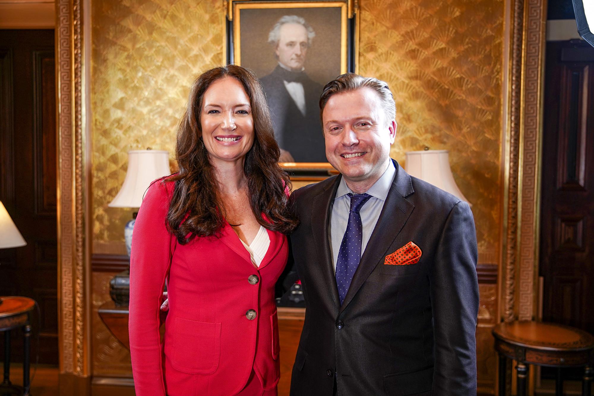 白宮美國創新辦公室首席官布魯克‧羅林斯(左)7月23日在白宮接受英文大紀元資深記者揚‧耶凱利克(右)的專訪。(Blake Wu/NTD)