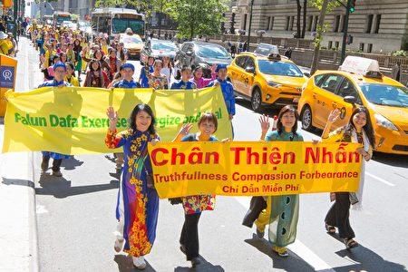 越南與中國有著相似的文化淵源,法輪功在越南頗受歡迎。圖為2017年5月12日,來自越南的法輪大法學員參加紐約萬人慶祝法輪大法弘傳世界25周年遊行。(周容/大紀元)