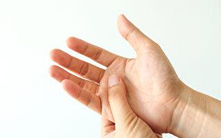 手麻或手指发麻的症状,可能是腕隧道症候群。(Shutterstock)