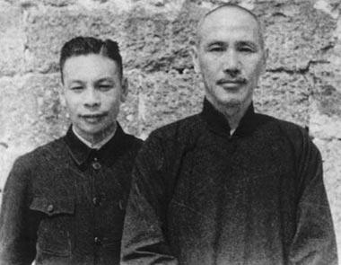 1937年4月,蔣經國(左)由蘇聯返回中國後晉見父親蔣中正(右)時合攝於漢口。(公有領域)