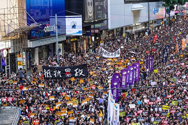 抵抗中共暴政成為遊行民眾的主要訴求。(余鋼/大紀元)