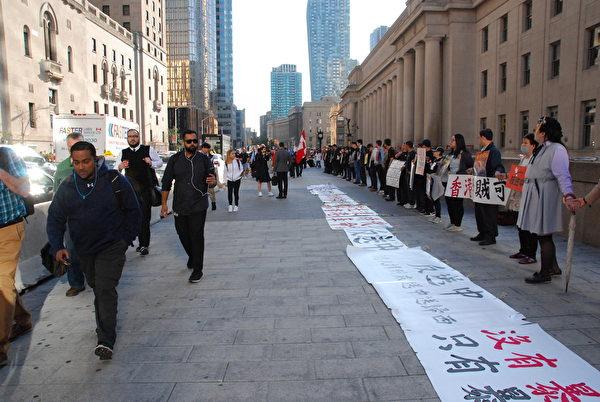 2019年8月23日,港人及支持者在多倫多聯合車站(Union Station )築人鏈,同步聲援「香港之路築人鏈」活動。(伊鈴/大紀元)
