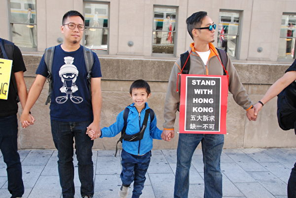 2019年8月23日,港人及支持者在多倫多聯合車站(Union Station )築人鏈,同步聲援「香港之路」築人鏈活動。(伊鈴/大紀元)