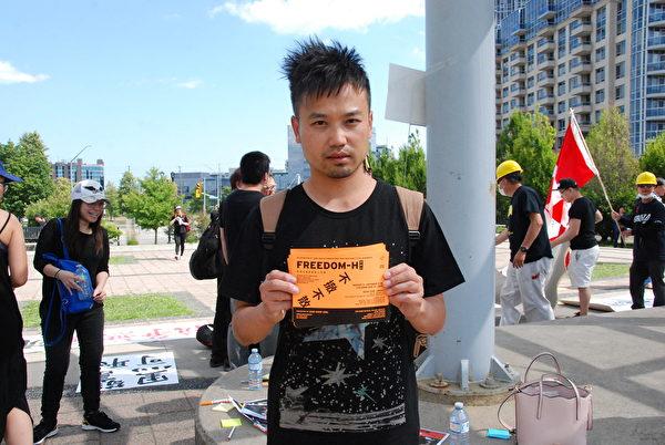 香港英文電台體育記者陳先生(Atom Cheng)。(伊鈴/大紀元)
