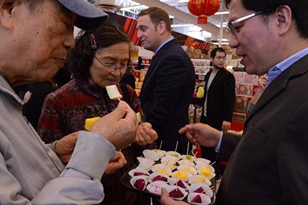 图:高雄首选优质水果在列治文佳廉超市的试吃活动,大获成功,获得民众的一片赞声。(邱晨/大纪元)