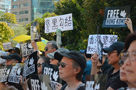 2019年8月3日,溫哥華千人在藝術館前集會,支持香港示威者反送中,要雙普選。(余天白/大紀元)