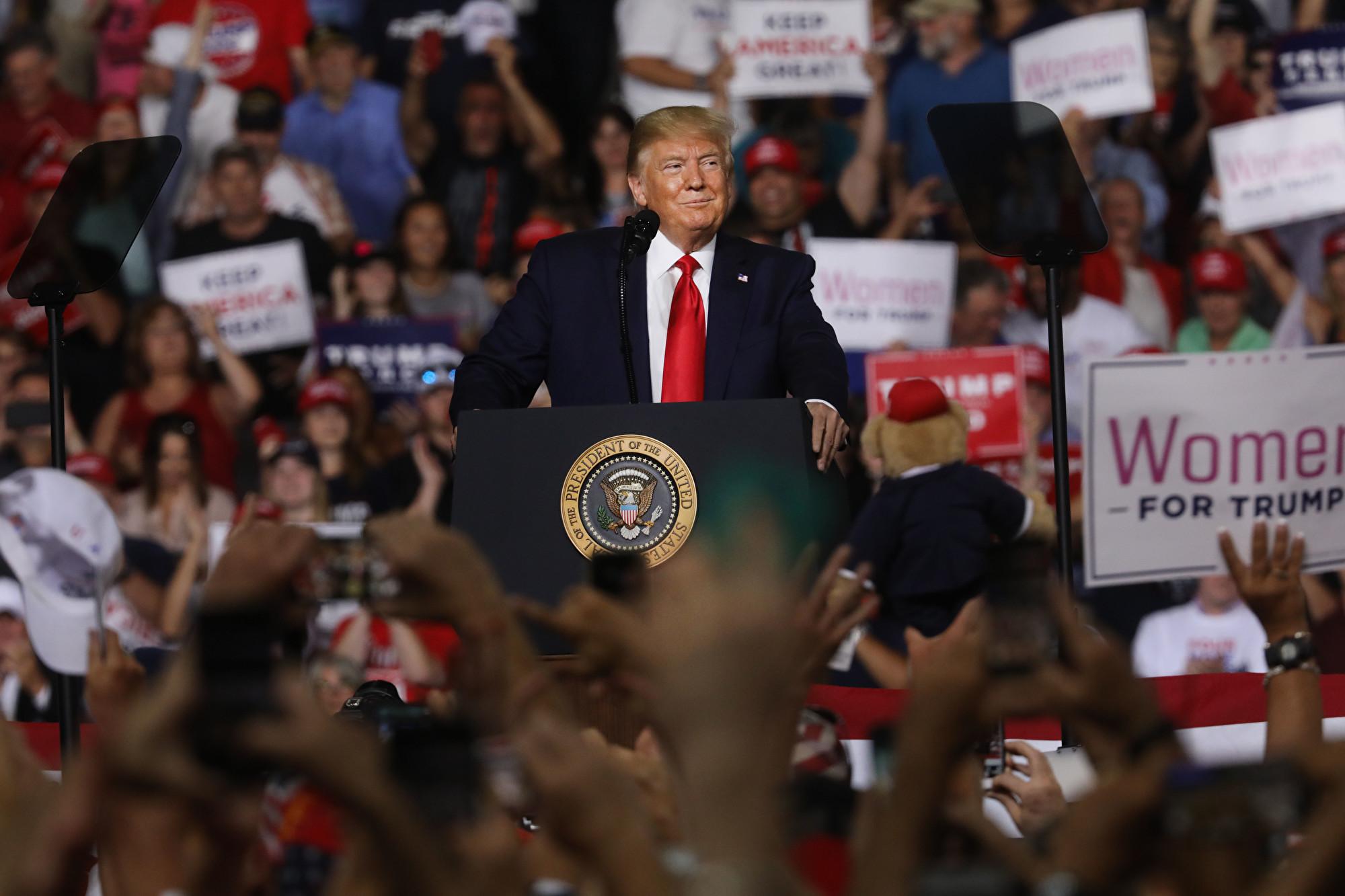 圖:2019年8月15日,新罕布什爾州曼徹斯特,美國總統特朗普在曼徹斯特的一場集會上向支持者發表講話。(Spencer Platt/Getty Images)