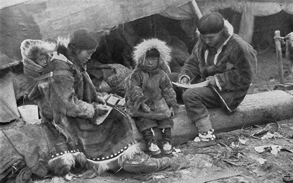 1917年,一個因紐特人家庭。(維基百科公有領域)