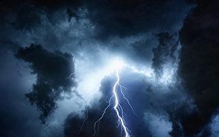 雨中行走閃電直落身旁 美國男子感謝神保佑