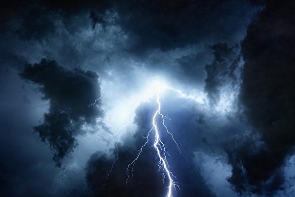 雨中行走闪电直落身旁 美国男子感谢神保佑