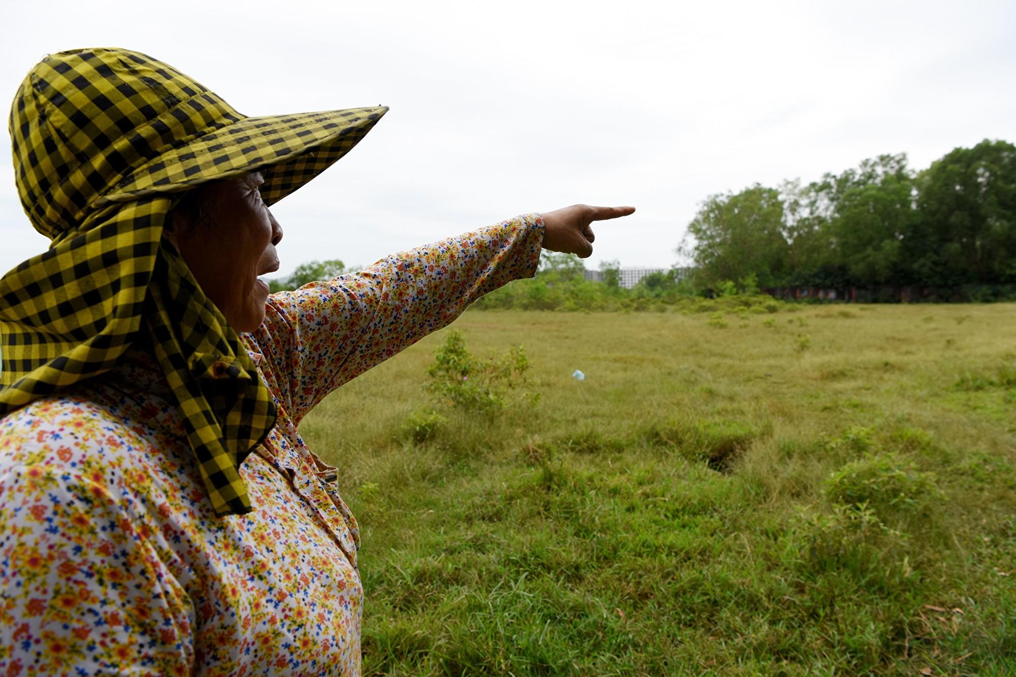 2018年12月,一名柬埔寨婦女指著一片爭議土地,她說這片土地屬於一群村民,但是被賣給一名當地大亨,用於中共一帶一路項目。 (TANG CHHIN SOTHY/AFP/Getty Images)