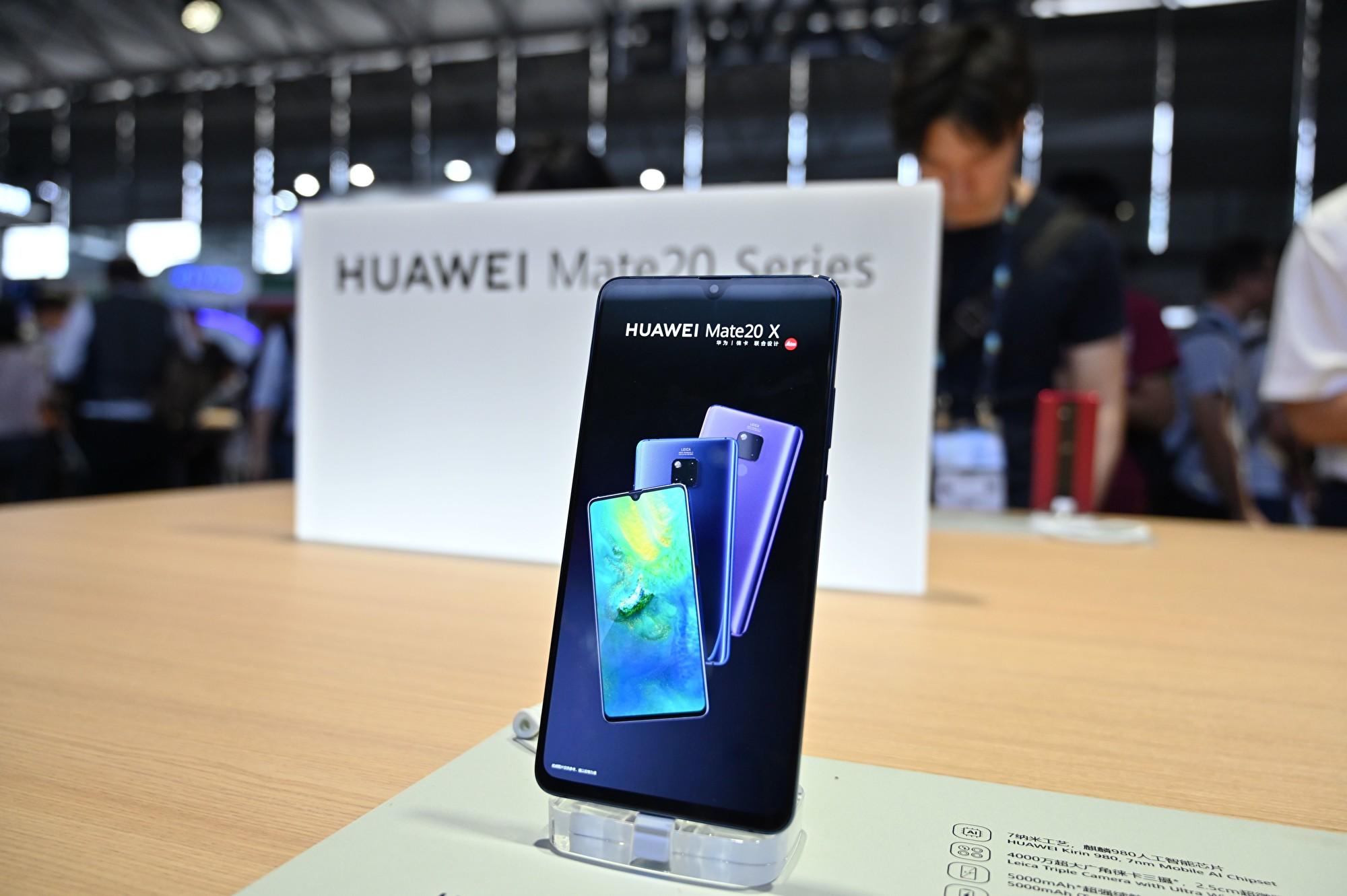 加拿大卑詩省最高法院公佈的文件顯示,美國當局指控華為公司使用代號通過秘密的子公司與伊朗、敘利亞和蘇丹等國家進行交易。圖為2019年6月11日,華為在上海一場消費電子產品展中陳列的手機。(HECTOR RETAMAL/AFP/Getty Images)