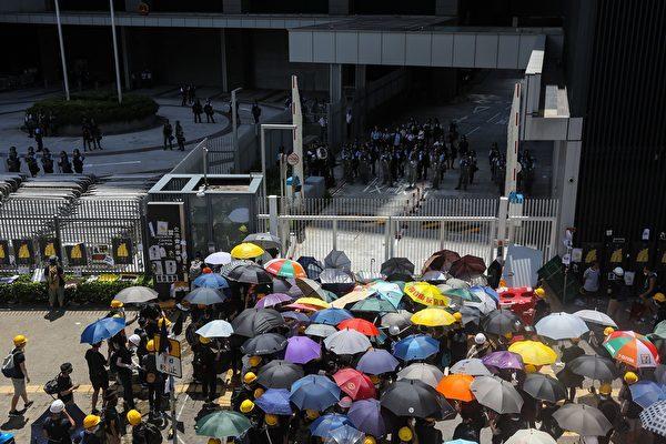 圖為7月1日,香港抗議者聚集在立法會前。(VIVEK PRAKASH/AFP/Getty Images)