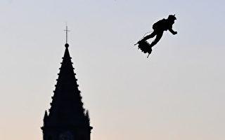 缔造历史 法国飞人乘滑板飞越英吉利海峡