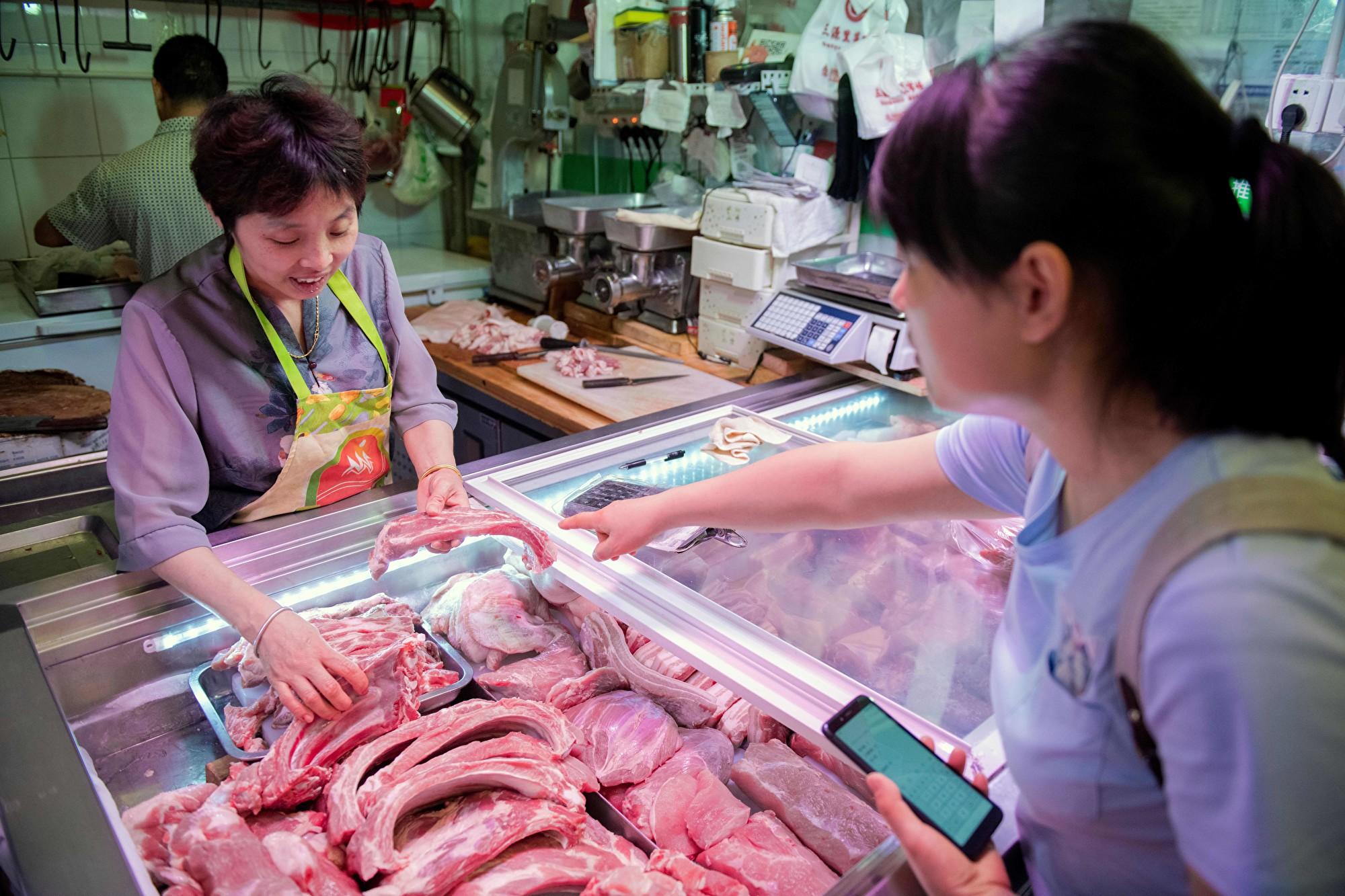 受大陸不斷爆發的非洲豬瘟影響,「中糧肉食」的生豬養殖業務巨虧4.36億元人民幣。另一方面,從 9月1日開始,中共對美國進口豬肉的關稅高達72%。 (NICOLAS ASFOURI/AFP/Getty Images)