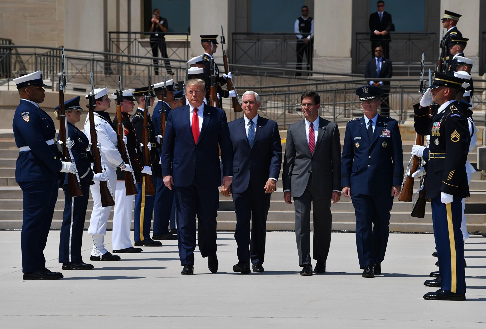 美國防部長埃斯珀(Mark Esper)(橫排右二)8月21日表示,中共全方位盜竊知識產權,五角大樓密切關注。(NICHOLAS KAMM/AFP/Getty Images)
