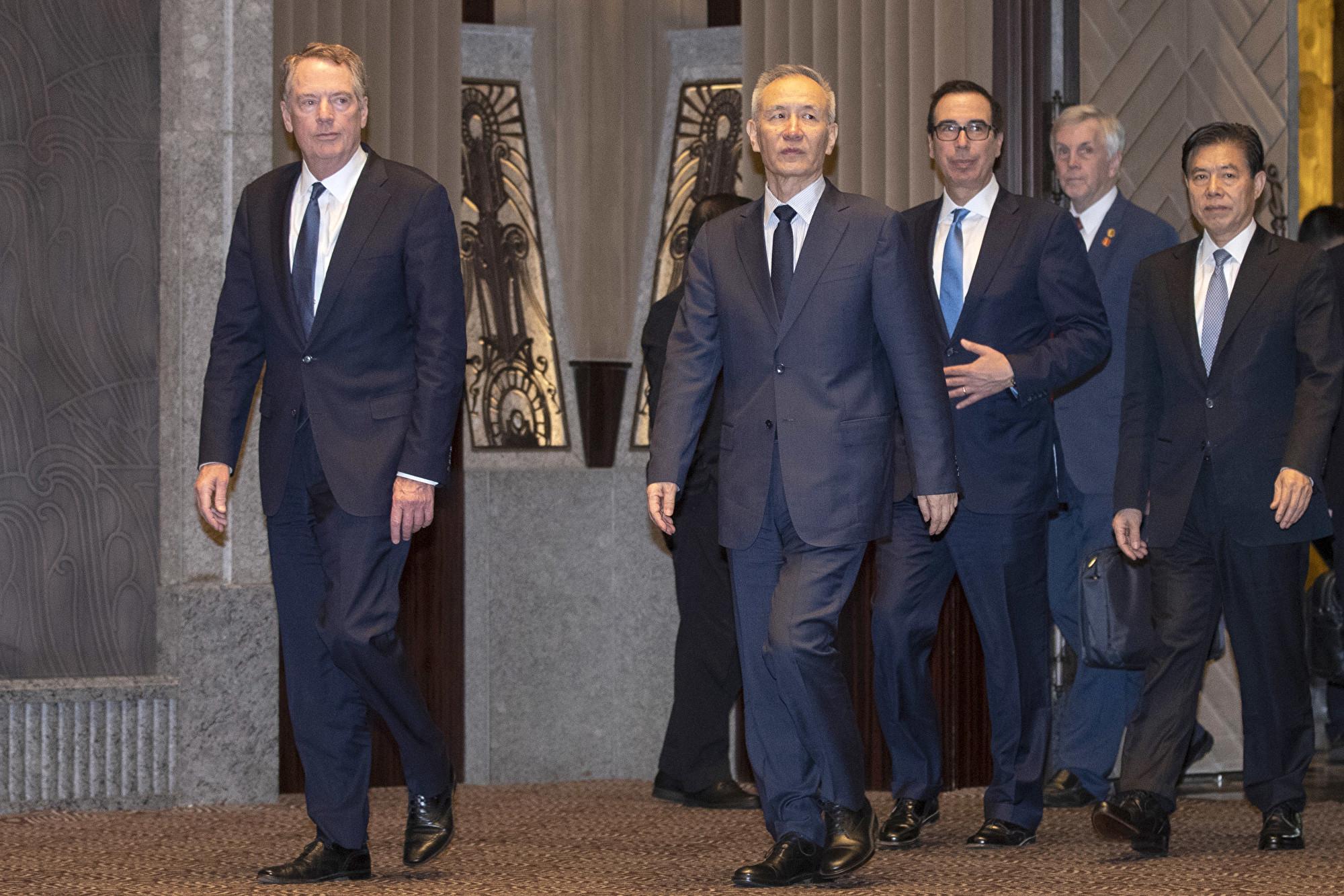 7月31日,美國貿易代表團與中方代表在上海西郊賓館談判。(NG HAN GUAN/AFP/Getty Images)