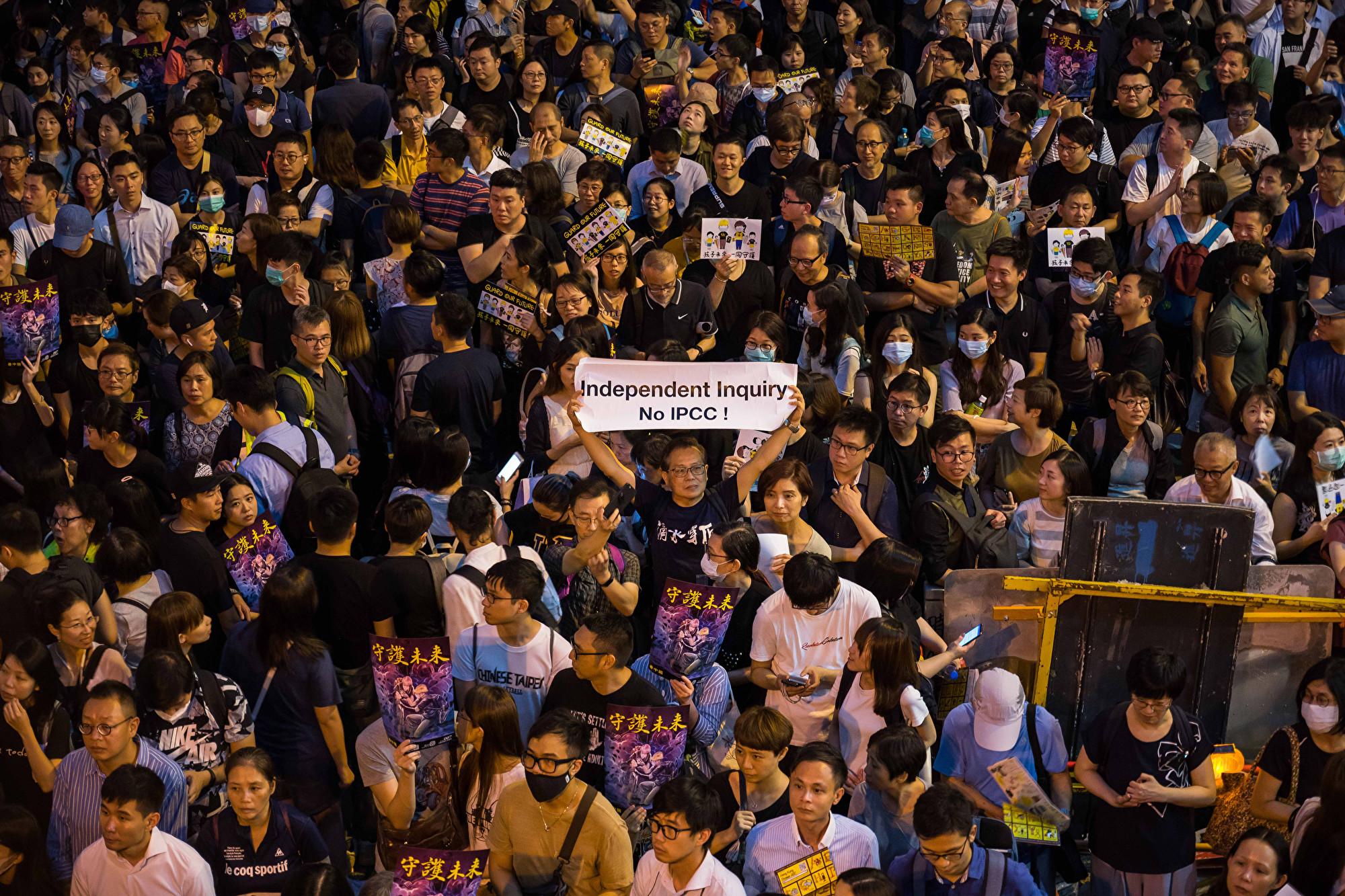 2019年8月2日,香港公務員集會在遮打花園舉行。圖為民眾舉著各種標語表達訴求。(Billy H.C. Kwok/Getty Images)